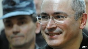 Court shortens Khodorkovsky term